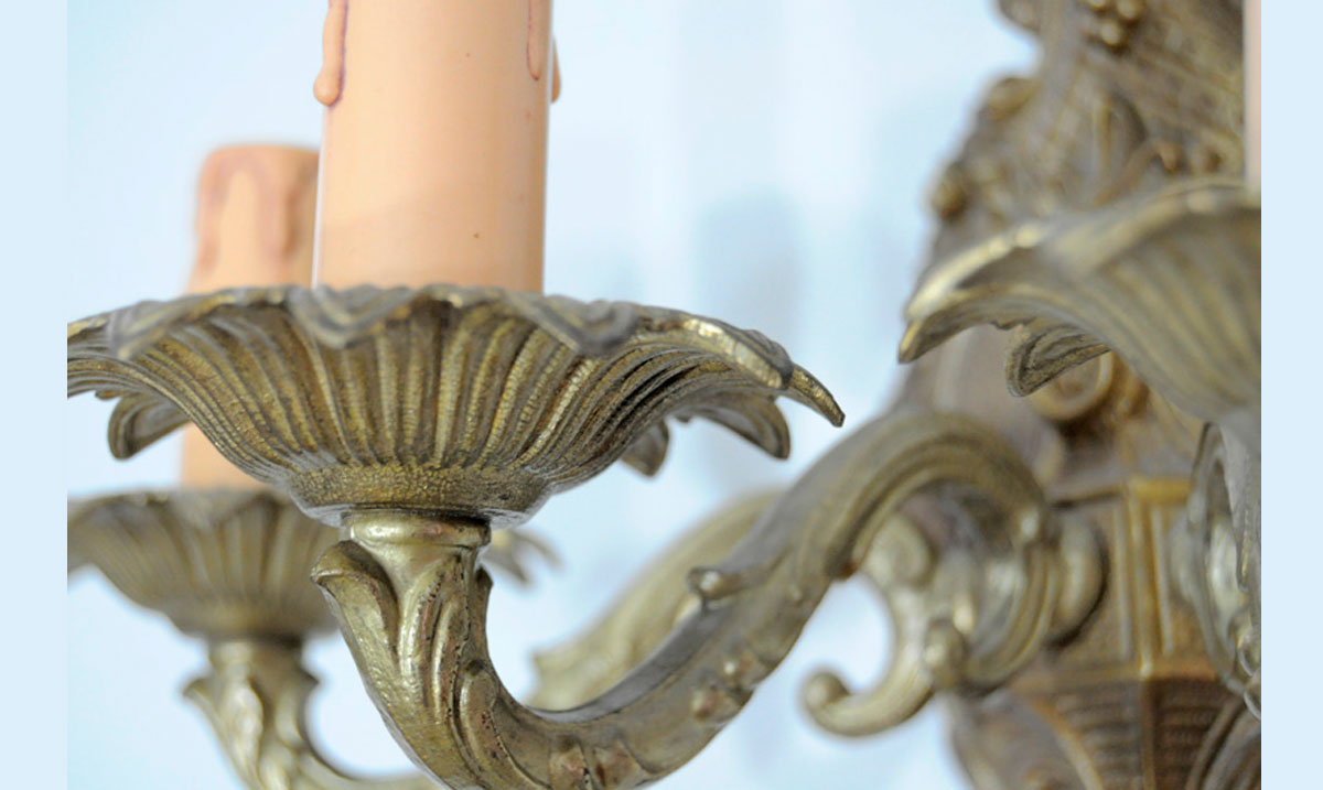 Aplique de pared con placa de bronce con copete for Apliques de bronce para muebles